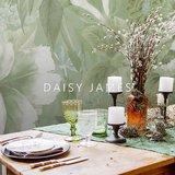 Daisy James behang The Hosta Green